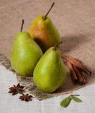 Van de stijl cinammon anis van de Hree groene peer het rustieke fruit verse jute royalty-vrije stock fotografie