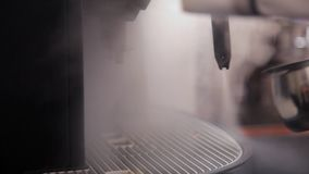 Van de stoom die van de koffiemachine uit komen stock footage