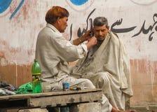 Van de straatkapper/kapper winkel in Karachi, Pakistan Royalty-vrije Stock Fotografie