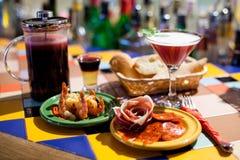 Van de tapasbar van de sterke drankpartij het stillevenscène Marineerden de mooie cocktails, geschotene en lange dranken, koude a royalty-vrije stock afbeeldingen