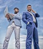 Van de de technologiemanager van mensen het formele kostuums moderne telefoongesprek van het de ondernemersantwoord Altijd in aan royalty-vrije stock afbeelding