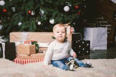 Van de themawinter en Kerstmis vakantie Kaukasische blonde het huisvloer van de 1 éénjarigezitting van de kindjongen dichtbij Ker royalty-vrije stock foto's