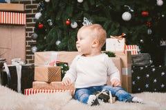Van de themawinter en Kerstmis vakantie Kaukasische blonde het huisvloer van de 1 éénjarigezitting van de kindjongen dichtbij Ker royalty-vrije stock foto