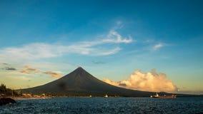 Van de Timelapseochtend en zonsopgang de Vulkaan van Mayon in Legazpi, Filippijnen De Mayonvulkaan is een actieve vulkaan en een  stock footage