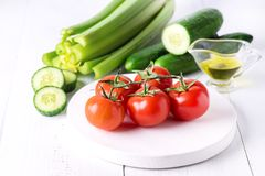 Van de de Tomatenkomkommer van de stillevenselderie de vijand Gezonde Smakelijke Salade van Olive Oil Ripe Vegetables Ingredients Stock Foto