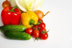 Van de de tomatenkool van de groenten Bulgaars peper de komkommersuien en knoflook op een witte achtergrond royalty-vrije stock foto's