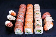 Van de Torchedzalm en tonijn sushireeks, voedselachtergrond royalty-vrije stock foto's