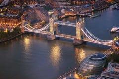 Van de torenbrug en Rivier het satellietbeeld van Theems bij magisch uur, Londen, het Verenigd Koninkrijk stock afbeelding
