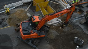 Van de tramlinebouw van Tampere het graafwerktuig van Doosan het graven stock videobeelden