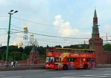 Van de twee-verhaal de Stad Sihgtseeng stadsbus op de achtergrond van Moskou het Kremlin Stock Fotografie