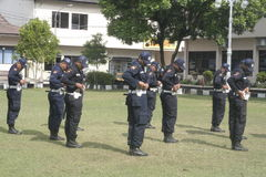 Van de Veiligheidsambtenaren van de oefeningseenheid de Politiehoofdkwartier die Surakarta inbouwen Royalty-vrije Stock Afbeeldingen