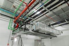 Van de ventilatiesysteem en pijp systemen op industriële buil worden geïnstalleerd die Royalty-vrije Stock Foto's