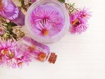 Van de de versheids het aromatherapy room van de chrysantenbloem bloemenuittreksel die op houten achtergrond bevochtigen royalty-vrije stock foto