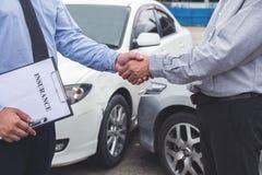 Van de verzekeringsagent en klant het schudden handen, Verkeersongeval en stock illustratie