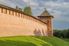 Van de vestingsmuren van het Novgorodkremlin redbrick de dagtijd royalty-vrije stock foto