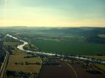 Van de vluchtvltava van de Cernosicehommel de luchttrein van de rivierlandbouwbedrijven stock foto's