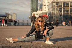 Van de vrouwenatleet of danser gespleten been in Parijs, Frankrijk Sensuele vrouw met lang haar in zonnebril en jeans, manier yog stock afbeelding