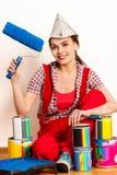 Van de de vrouwenholding van het reparatiehuis de verfrol voor behang Stock Foto
