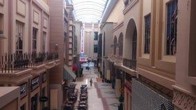 Van de de Wandelgalerij schitterende binnenlandse ontwerp en koffie van Doubai winkels stock video