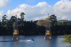 Van de water het ski?en en macht pylonen op Meer Karapiro, Nieuw Zeeland stock foto's