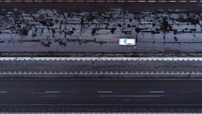 Van de de weg hoogste mening van het wegverkeer worndown de auto'svrachtwagen stock videobeelden