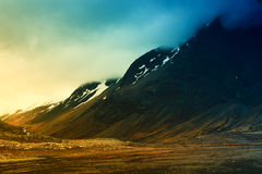 Van de wegheuvels aard van achtergrond mooie landschapsbergen de wolkenzonsondergang IJsland Royalty-vrije Stock Afbeelding