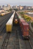 Van de Wervensporen van de spoorwegomschakeling van de Auto'sgesloten goederenwagens de Motorlocomotief royalty-vrije stock afbeeldingen