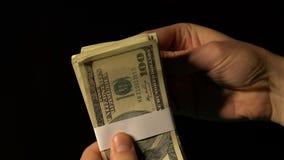 Van de de winnaarholding van het casinospel de dollarcontant geld, gelukkige dag, fortuinconcept, close-up stock footage