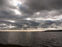 van de de winterbaai van de humeurige hemel donkere herfst het water oceaanbomen Royalty-vrije Stock Afbeelding
