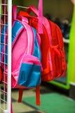 Van de de zak verkoopt het roze plank van de rugzakaktentas wijfje van de de opslagsupermarkt vele keus koopt korting stock afbeelding