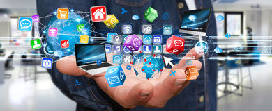 Van de zakenmanholding apparaten de van verschillende media van technologie in zijn hand Royalty-vrije Stock Foto