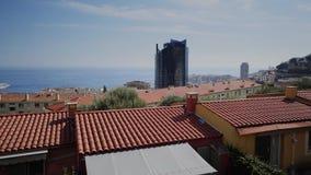 Van de zomerhuizen van Monaco de straten en de wegen met auto's in Monte Carlo stock video