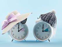 Van de de zomertijd en winter prikklok veranderend tijdconcept het 3d teruggeven Royalty-vrije Stock Foto