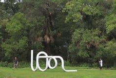 Van de Zon aan ZÃ ¼ rijken, het werk van Carol Bove, in Laguna Gloria Sculpture Garden, Austin, Texas wordt tentoongesteld dat royalty-vrije stock afbeeldingen