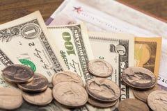 Van dollarsbankbiljetten en muntstukken achtergrond Stock Afbeeldingen