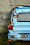 Van door bleu rouillé se penchant sur le mur Image stock