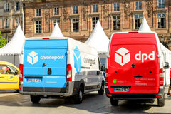 Van DPD de Post en van Chronopost bestelwagens in centraal vierkant Royalty-vrije Stock Afbeeldingen