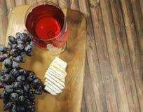 van druivenstilleven, houten lijstdelicatessen royalty-vrije stock afbeelding