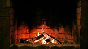 Van een lus voorzien: Open haard Brandende vlam stock footage