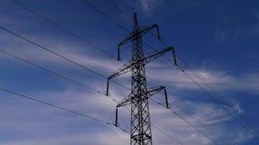 Van elektriciteitspylonen en wolken hemel stock videobeelden