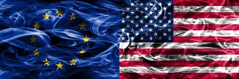 Van Europa de Unie en van de Verenigde Staten van Amerika de kleurrijke zij aan zij geplaatste vlaggen van de conceptenrook vector illustratie