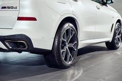 08 van Fabruary, 2018 - Vinnitsa, de Oekraïne Nieuwe de autopresentatie van BMW X5 in toonzaal - achtermening royalty-vrije stock foto's