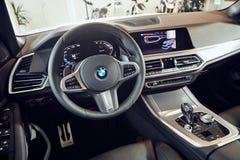 08 van Fabruary, 2018 - Vinnitsa, de Oekraïne Nieuwe de autopresentatie van BMW X5 in toonzaal - binnenland binnen de cabine stock foto's
