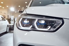 08 van Fabruary, 2018 - Vinnitsa, de Oekraïne Nieuwe de autopresentatie van BMW X5 in toonzaal - de koplamp van de nieuwe technol royalty-vrije stock afbeelding