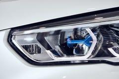 08 van Fabruary, 2018 - Vinnitsa, de Oekraïne Nieuwe de autopresentatie van BMW X5 in toonzaal - de koplamp van de nieuwe technol royalty-vrije stock afbeeldingen
