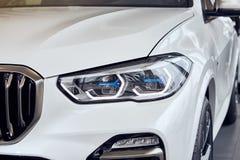 08 van Fabruary, 2018 - Vinnitsa, de Oekraïne Nieuwe de autopresentatie van BMW X5 in toonzaal - de koplamp van de nieuwe technol stock afbeeldingen