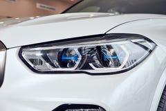 08 van Fabruary, 2018 - Vinnitsa, de Oekraïne Nieuwe de autopresentatie van BMW X5 in toonzaal - de koplamp van de nieuwe technol stock foto