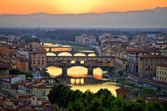 Van Florence cityscape en van Arno de zonsondergangmening van rivierbruggen stock afbeelding