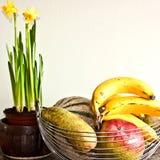 Van fruitkom en narcissen bloemen Stock Afbeeldingen