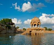 Van Gadi Sagar (Gadisar) het Meer in Jaisalmer, Rajasthan, Noord-India Stock Foto's